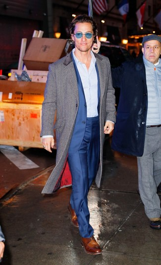 Comment porter: pardessus à chevrons gris, costume bleu, chemise de ville à rayures verticales bleu clair, chaussures derby en cuir marron