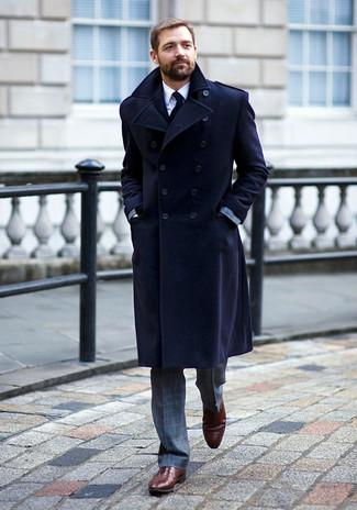 Comment porter: pardessus bleu marine, costume à carreaux gris, chemise de ville blanche, chaussures richelieu en cuir bordeaux