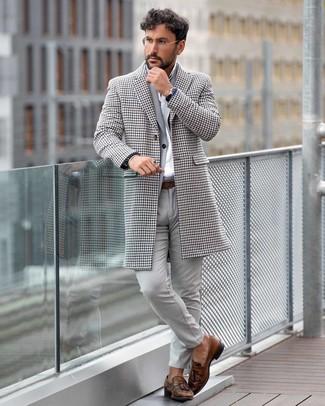 Comment porter: pardessus en pied-de-poule blanc, costume gris, chemise de ville blanche, mocassins à pampilles en cuir marron
