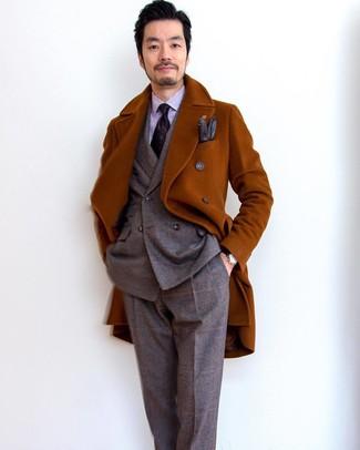 Comment porter: pardessus tabac, costume en laine écossais marron, chemise de ville à rayures verticales violet clair, cravate imprimée pourpre foncé