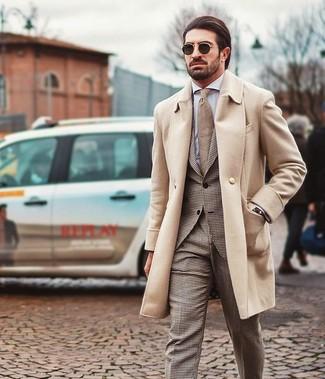 Comment porter: pardessus beige, costume en pied-de-poule marron, chemise de ville blanche, cravate marron clair