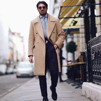 Comment porter: pardessus marron clair, costume bleu marine, chemise de ville bleu clair, chaussures derby en cuir noires