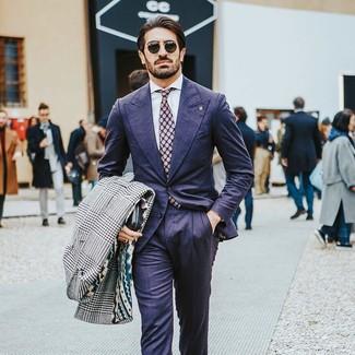 Comment porter: pardessus en pied-de-poule blanc et noir, costume bleu marine, chemise de ville blanche, cravate á pois pourpre