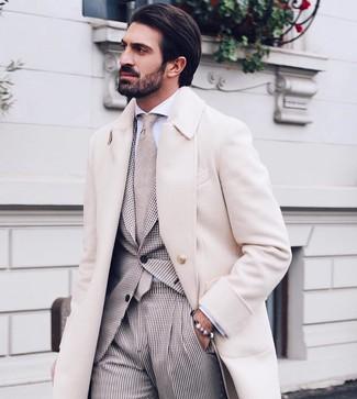 Comment porter: pardessus beige, costume en vichy beige, chemise de ville blanche, cravate beige