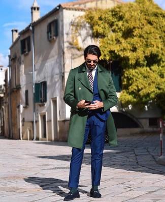 Comment porter: pardessus vert foncé, costume bleu, chemise de ville blanche, slippers en daim bleu marine
