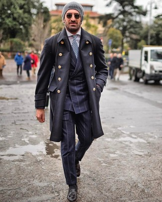 Comment porter: pardessus noir, costume à rayures verticales bleu marine, chemise de ville blanche, mocassins à pampilles en cuir noirs