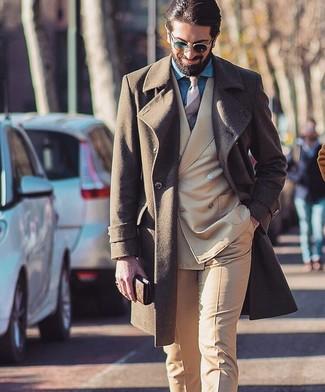 Comment porter: pardessus marron, costume marron clair, chemise de ville en chambray bleue, cravate à rayures horizontales beige