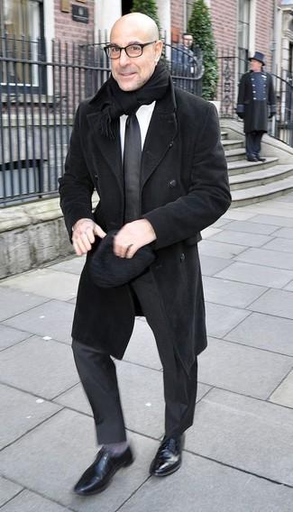 Comment porter: pardessus noir, costume noir, chemise de ville blanche, chaussures richelieu en cuir noires