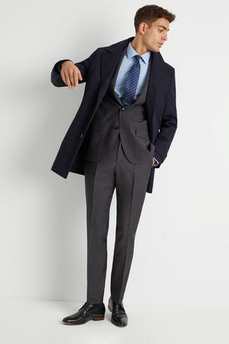 Comment porter: pardessus bleu marine, costume gris foncé, chemise de ville bleu clair, chaussures derby en cuir noires