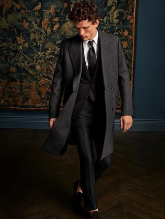 Comment porter un costume noir: Essaie d'associer un costume noir avec un pardessus gris foncé pour une silhouette classique et raffinée. Décoince cette tenue avec une paire de des slippers en daim noirs.