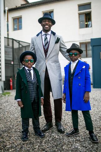Comment porter: pardessus gris, costume bordeaux, chemise de ville blanche, chaussures richelieu en cuir gris foncé