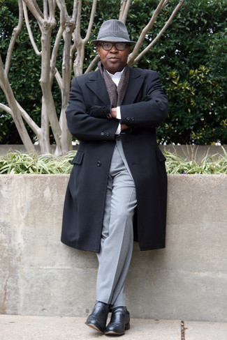 Comment porter un costume gris: Essaie de marier un costume gris avec un pardessus noir pour une silhouette classique et raffinée. Jouez la carte décontractée pour les chaussures et choisis une paire de des slippers en cuir noirs.