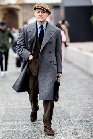 Comment porter un pardessus gris: Pense à porter un pardessus gris et un costume marron foncé pour une silhouette classique et raffinée. Jouez la carte décontractée pour les chaussures et complète cet ensemble avec une paire de des chaussures derby en daim marron.
