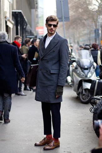 Comment porter des chaussures brogues en cuir marron: Sois au sommet de ta classe en portant un pardessus bleu marine et un costume bleu marine. Tu veux y aller doucement avec les chaussures? Termine ce look avec une paire de des chaussures brogues en cuir marron pour la journée.