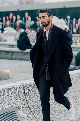 Tendances mode hommes: Opte pour un pardessus bordeaux avec un costume bleu marine pour un look classique et élégant. Tu veux y aller doucement avec les chaussures? Assortis cette tenue avec une paire de des baskets basses en cuir blanches pour la journée.