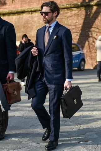 Comment porter une chemise de ville bleu clair: Harmonise une chemise de ville bleu clair avec un pardessus noir pour un look classique et élégant. Une paire de des chaussures richelieu en cuir noires apportera une esthétique classique à l'ensemble.