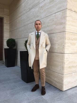Comment porter une cravate imprimée vert foncé: Porte un pardessus beige et une cravate imprimée vert foncé pour un look pointu et élégant. Décoince cette tenue avec une paire de des double monks en daim marron foncé.