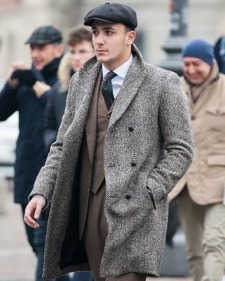 Comment porter un pardessus à chevrons gris: Essaie de marier un pardessus à chevrons gris avec un costume marron pour un look pointu et élégant.