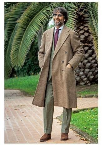 Comment porter un costume olive: Choisis un costume olive et un pardessus marron pour un look classique et élégant. D'une humeur créatrice? Assortis ta tenue avec une paire de des slippers en daim marron.