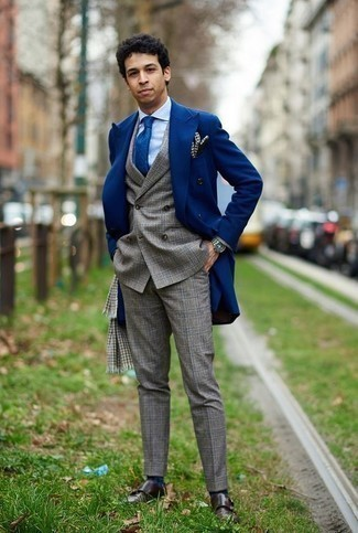 Comment porter une écharpe en pied-de-poule grise: Essaie d'associer un pardessus bleu avec une écharpe en pied-de-poule grise pour un look idéal le week-end. Termine ce look avec une paire de double monks en cuir marron foncé pour afficher ton expertise vestimentaire.