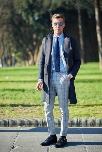 Comment porter un costume à carreaux gris: Porte un costume à carreaux gris et un pardessus bleu marine pour un look classique et élégant. Une paire de des double monks en cuir noirs est une option avisé pour complèter cette tenue.