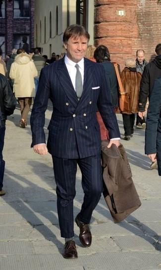 Comment porter une cravate grise: Pense à opter pour un pardessus marron et une cravate grise pour dégager classe et sophistication. Tu veux y aller doucement avec les chaussures? Fais d'une paire de des chaussures derby en cuir bordeaux ton choix de souliers pour la journée.
