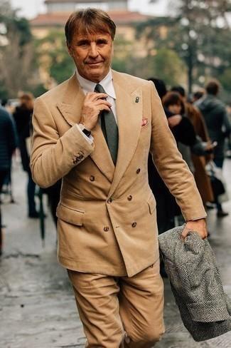 Comment porter un pardessus à chevrons gris: Porte un pardessus à chevrons gris et un costume en velours côtelé marron clair pour un look classique et élégant.