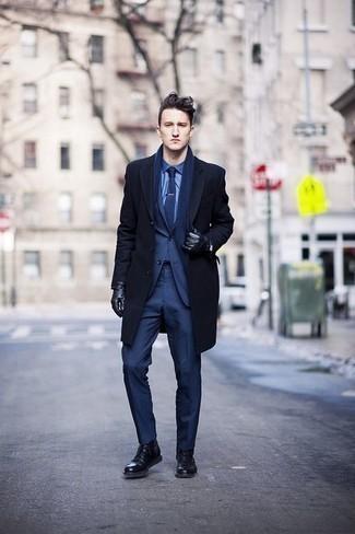 Comment s'habiller quand il fait froid: Pense à harmoniser un pardessus bleu marine avec un costume bleu marine pour un look classique et élégant. D'une humeur créatrice? Assortis ta tenue avec une paire de des bottes de loisirs en cuir noires.