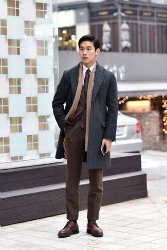 Comment porter une écharpe beige à 20 ans: Associe un pardessus gris foncé avec une écharpe beige pour une tenue idéale le week-end. Jouez la carte classique pour les chaussures et termine ce look avec une paire de des chaussures brogues en cuir marron.