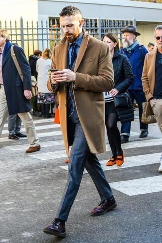 Comment porter une cravate bleu marine: Choisis un pardessus marron clair et une cravate bleu marine pour un look classique et élégant. Jouez la carte décontractée pour les chaussures et choisis une paire de des chaussures derby en cuir pourpre foncé.
