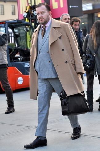 Comment s'habiller après 40 ans: Harmonise un pardessus marron clair avec un costume gris pour une silhouette classique et raffinée. Jouez la carte décontractée pour les chaussures et assortis cette tenue avec une paire de double monks en cuir marron foncé.
