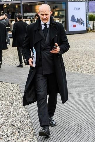 Comment s'habiller après 40 ans: Harmonise un pardessus noir avec un costume en laine gris foncé pour une silhouette classique et raffinée. Si tu veux éviter un look trop formel, termine ce look avec une paire de chaussures derby en cuir noires.