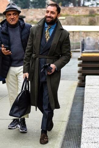 Comment porter une chemise de ville en chambray bleu clair: Pense à harmoniser une chemise de ville en chambray bleu clair avec un pardessus vert foncé pour un look pointu et élégant. Une paire de double monks en daim marron foncé est une option parfait pour complèter cette tenue.