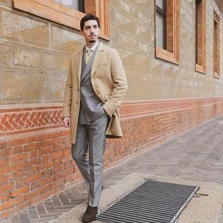 Comment s'habiller quand il fait froid: Essaie d'harmoniser un pardessus marron clair avec un costume à rayures verticales gris pour un look classique et élégant. Une paire de mocassins à pampilles en daim marron foncé est une option génial pour complèter cette tenue.