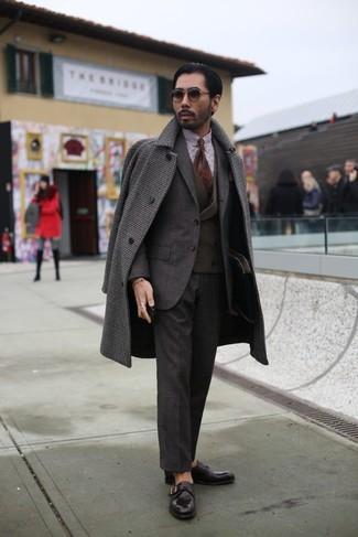 Comment porter: pardessus en vichy marron foncé, costume marron foncé, gilet marron foncé, chemise de ville en vichy blanc et marron