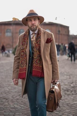 Comment porter: pardessus marron clair, costume bleu, gilet en laine marron, chemise de ville á pois blanche