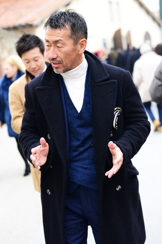 Comment porter: pardessus bleu marine, costume bleu marine, gilet bleu marine, pull à col roulé blanc