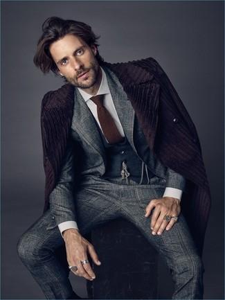 Comment porter: pardessus pourpre foncé, costume écossais gris, gilet gris foncé, chemise de ville blanche