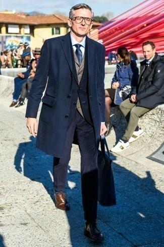 Comment porter une chemise de ville bleu clair: Fais l'expérience d'un style élégant et raffiné avec une chemise de ville bleu clair et un pardessus bleu marine. Complète ce look avec une paire de des chaussures derby en cuir marron.