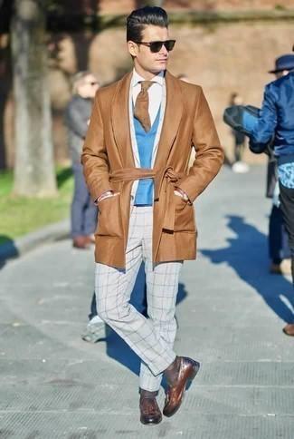 Comment porter un costume à carreaux gris: Marie un costume à carreaux gris avec un pardessus marron clair pour un look pointu et élégant. Assortis ce look avec une paire de des mocassins à pampilles en cuir marron.
