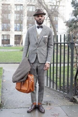 Comment porter une serviette en cuir tabac: Essaie d'associer un pardessus gris avec une serviette en cuir tabac pour un look idéal le week-end. Choisis une paire de des chaussures richelieu en cuir marron foncé pour afficher ton expertise vestimentaire.