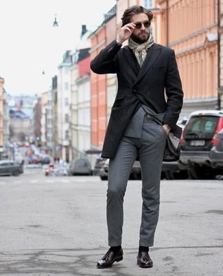 Comment porter un costume gris: Marie un costume gris avec un pardessus noir pour une silhouette classique et raffinée. Pour les chaussures, fais un choix décontracté avec une paire de des mocassins à pampilles en cuir pourpre foncé.