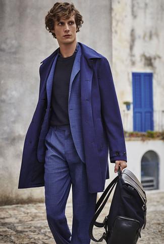 Comment porter: pardessus bleu marine, costume écossais bleu, pull à col rond noir, chemise de ville écossaise bleu marine