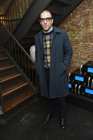 Comment porter: pardessus gris foncé, costume bleu marine, pull à col rond écossais multicolore, chemise à manches longues bleu clair
