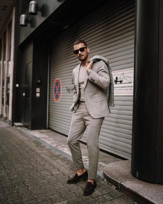 Comment porter des chaussures habillées: Sois au sommet de ta classe en portant un pardessus gris et un costume en laine beige. Termine ce look avec une paire de des chaussures habillées.