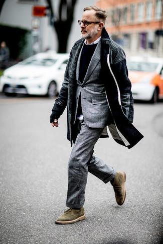 Comment porter des bottines chukka: Associer un pardessus en pied-de-poule gris foncé et un costume écossais gris créera un look pointu et élégant. Jouez la carte décontractée pour les chaussures et choisis une paire de des bottines chukka.