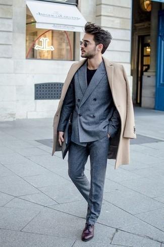 Comment porter une pochette en cuir noire: Essaie d'harmoniser un pardessus beige avec une pochette en cuir noire pour une tenue relax mais stylée. Rehausse cet ensemble avec une paire de des chaussures derby en cuir bordeaux.