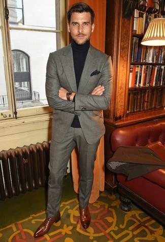 Comment porter: pardessus marron, costume gris, pull à col roulé noir, chaussures richelieu en cuir marron