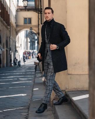 Comment porter: pardessus noir, costume écossais gris, pull à col roulé noir, chaussures derby en cuir noires