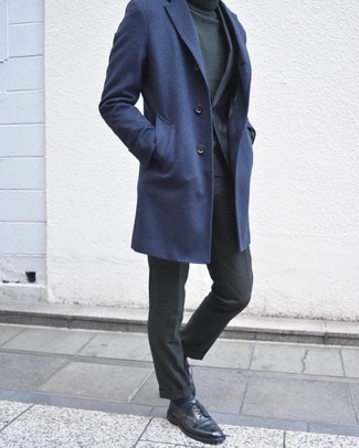 Comment porter des chaussettes à rayures horizontales bleu marine: Pense à porter un pardessus bleu marine et des chaussettes à rayures horizontales bleu marine pour une tenue relax mais stylée. Assortis cette tenue avec une paire de des chaussures derby en cuir noires pour afficher ton expertise vestimentaire.